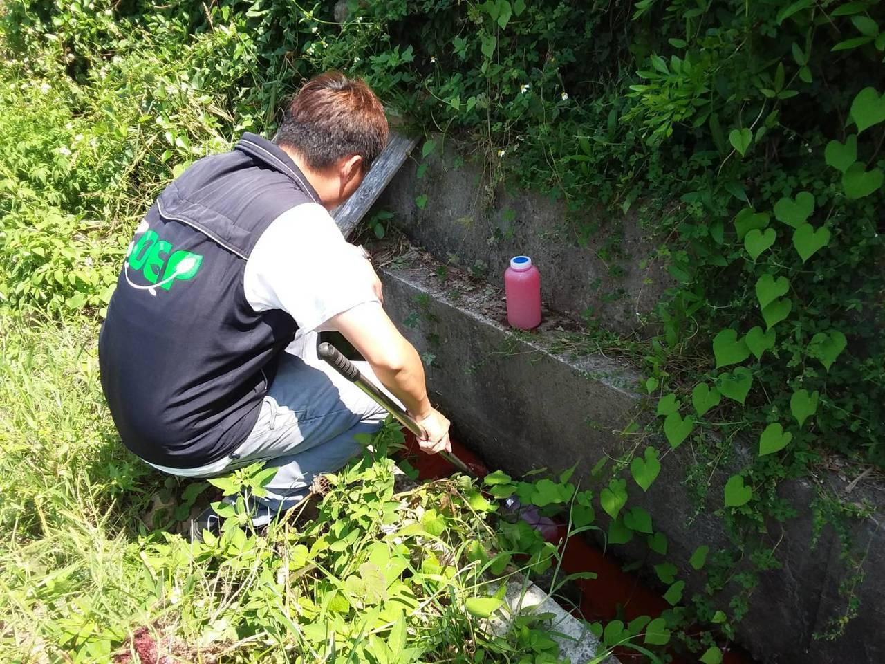 小孩打翻染鍋 香鋪染紅大坡溪 桃園環保局開罰