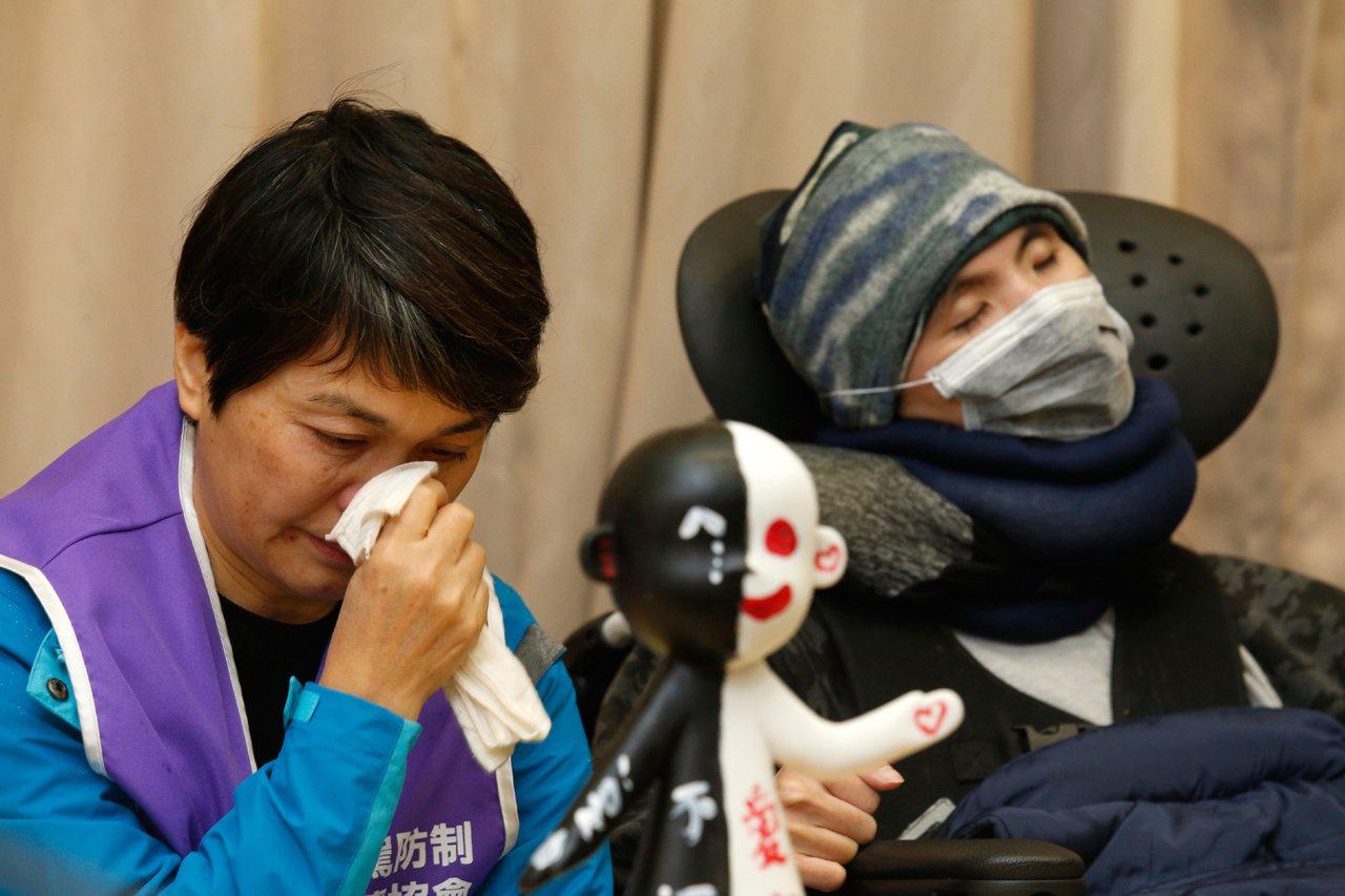 台灣酒駕防制社會關懷協會今年3月出席一場記者會,受害者及家屬拿著象徵被酒駕害死者...