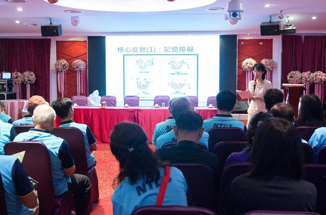 飛鏢協會理事長王景正表示很開心新北衛生局推出這一系列的課程。 圖/鄭宇辰攝影