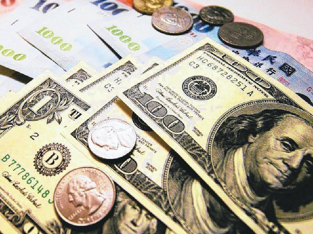 專家建議,保戶可以善用定期定額去換美金,就能買在均價。 圖/聯合報系資料照片