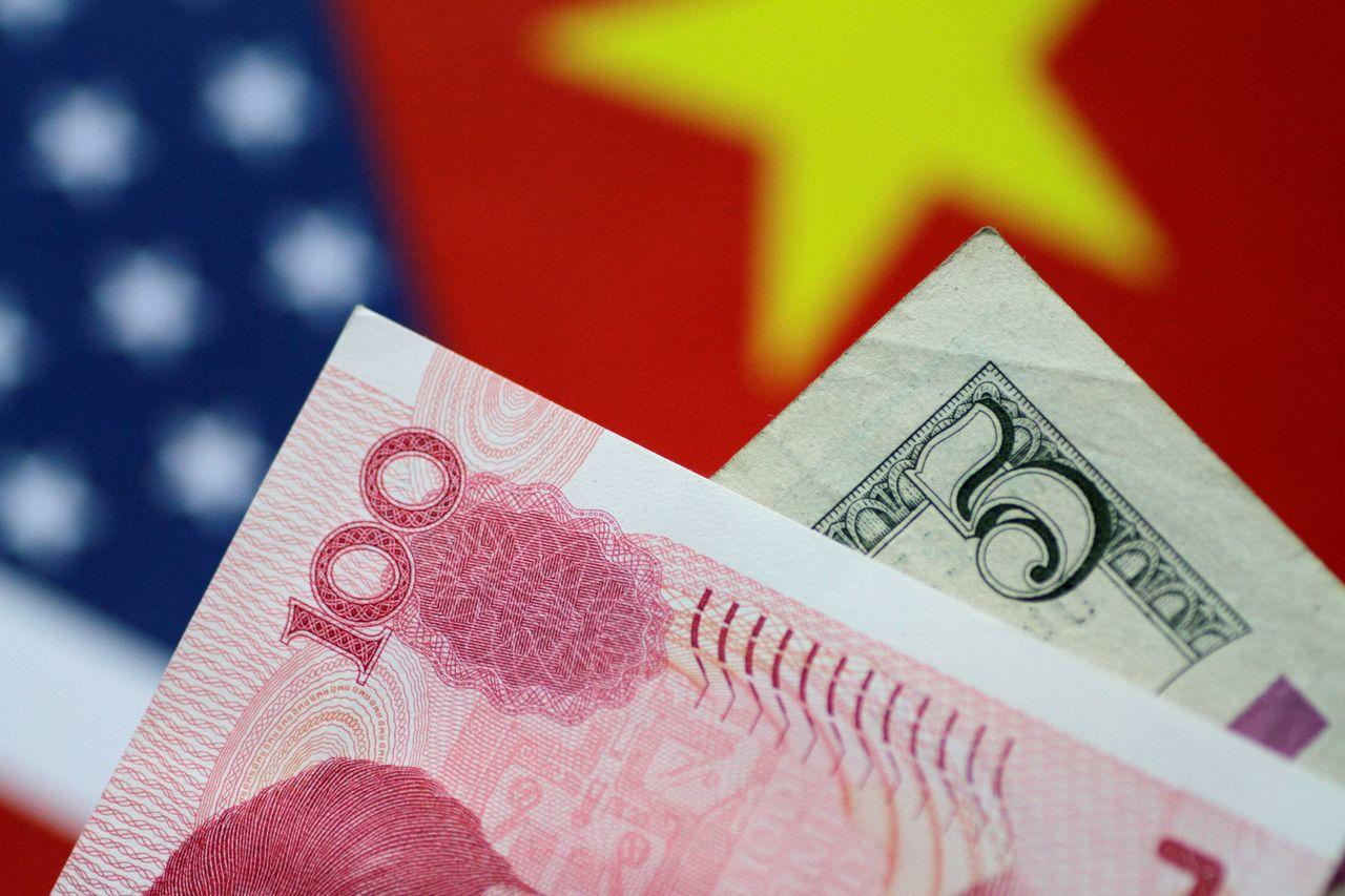 因應中美貿易戰,近來美元與人民幣均有波動,如何正確購買外幣保單成為新問題。 (路...