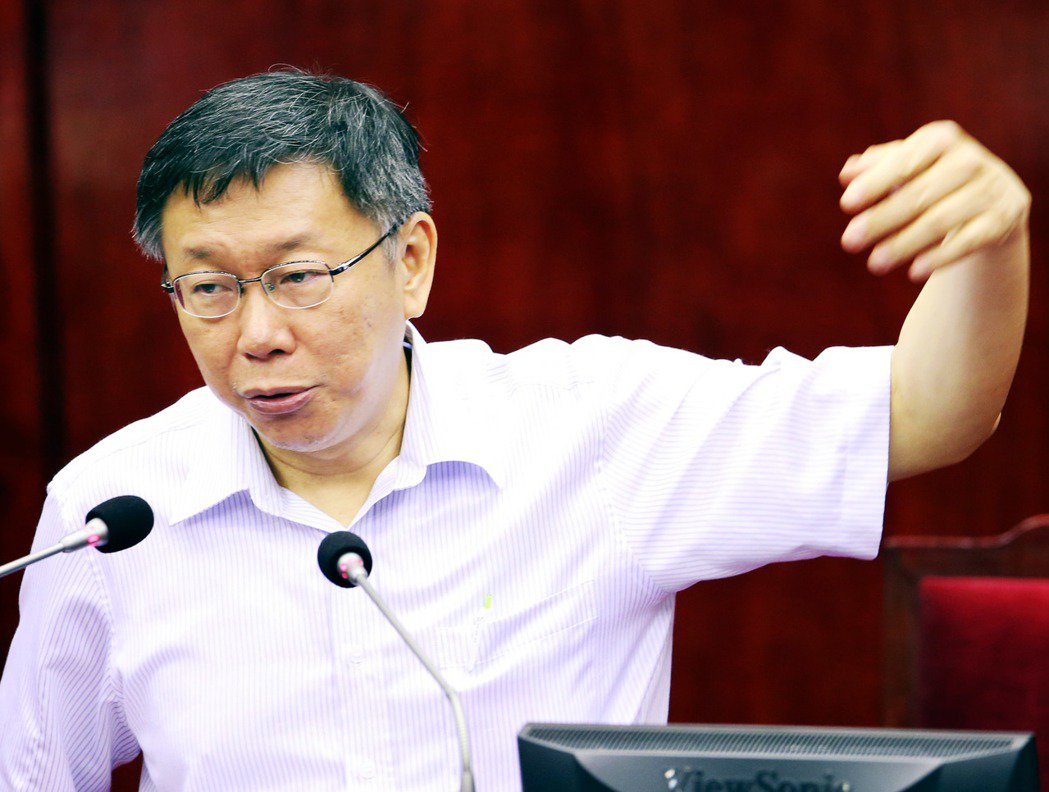 2015年柯文哲到議會提出五大案專案報告,議員批評市府顧問洪智坤洩漏公文,要求道...