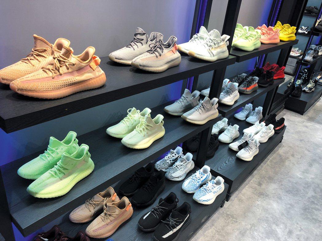 擺在櫥窗上的運動鞋,款式、顏色都與正品球鞋幾近一致,但鞋上卻沒有印任何標誌。圖為...