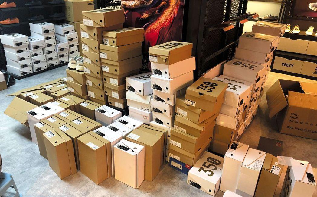 仿鞋店家差不多每天都能發出7、80雙鞋或者更多,如果「高端貨」賣得好,一個月能賺...