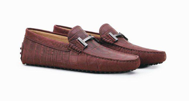 TOD'S酒紅色鱷魚壓紋皮革豆豆鞋,22,600元。 圖/迪生提供