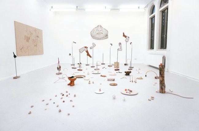 秘魯女藝術家Claudia Martinez Garay以原住民傳統方式製作物件...