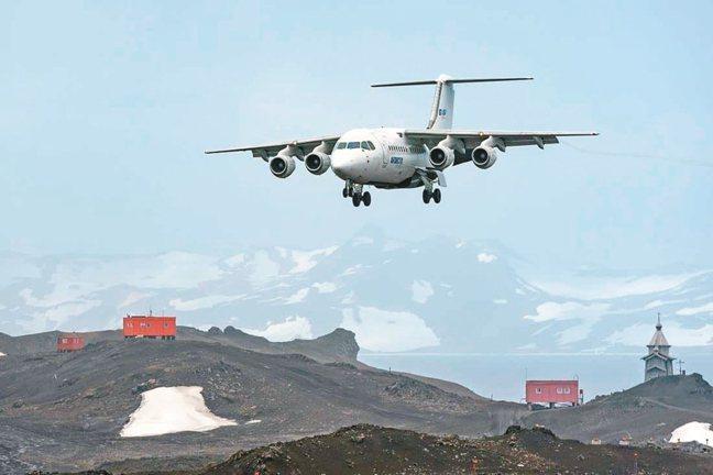 麥哲倫探索號與航空公司合作推出包機,採取海陸聯合營運,乘客可在阿雷娜城機場搭乘僅...