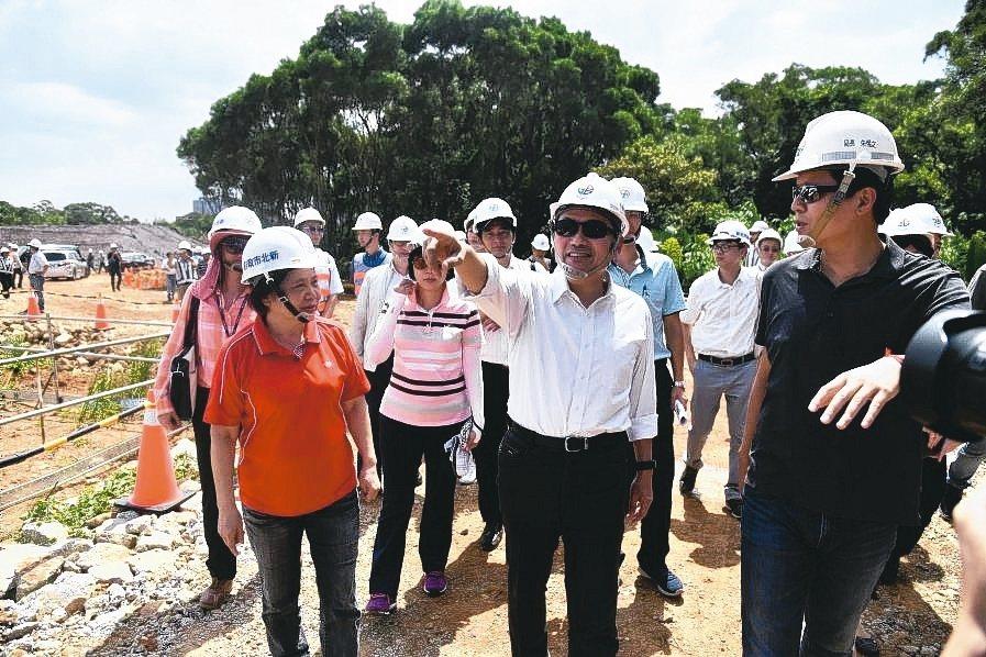 新北市長侯友宜(中)視察林口工一重劃區工程進度。 新北市政府/提供