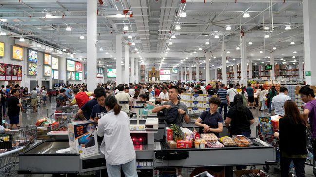 上海好市多開門營業首日便擠爆,四小時後緊急歇業,處理冗長的結帳隊伍。圖/路透