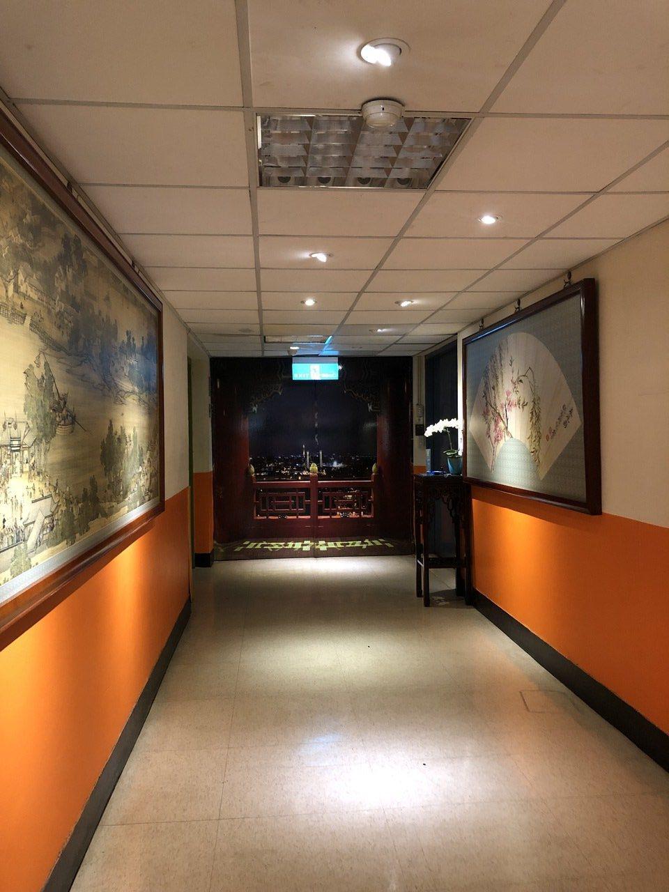圓山飯店元首撤退秘道的入口,藏在飯店深處,必須拐幾個彎,按下密碼才能把通道門打開...