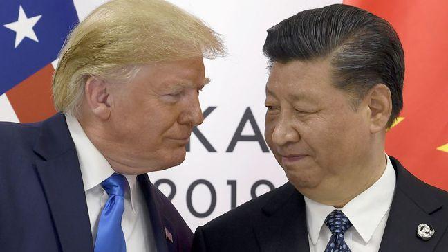 美國總統川普威脅(左)要與中國「脫鉤」,一改前幾任政府對中國包容的態度,但專家認...