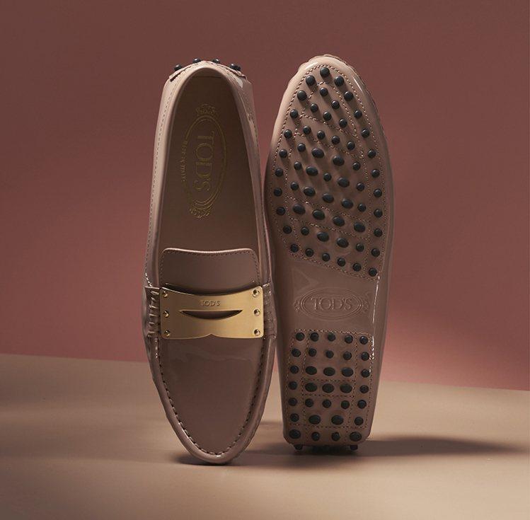 TOD'S裸粉色金屬飾釦豆豆鞋。 圖/TOD'S 提供