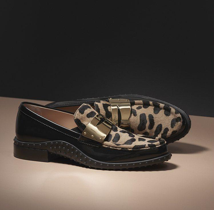 TOD'S動物圖騰金屬飾釦女士膠底樂福鞋。 圖/TOD'S 提供