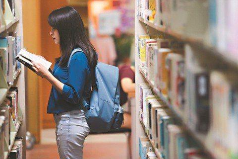第三屆鴻海獎學鯨開始徵件,鴻海教育基金會提供3300萬元獎學金給大學生申請。 圖...