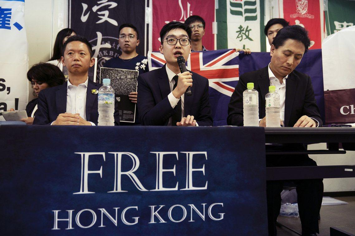 29日深夜,香港民族黨前召集人陳浩天(圖中),正準備從香港機場出境前往日本時,卻...