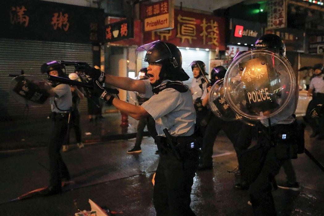 25日香港「荃葵青」示威現場,出現港警擊發實彈的首例。 圖/美聯社