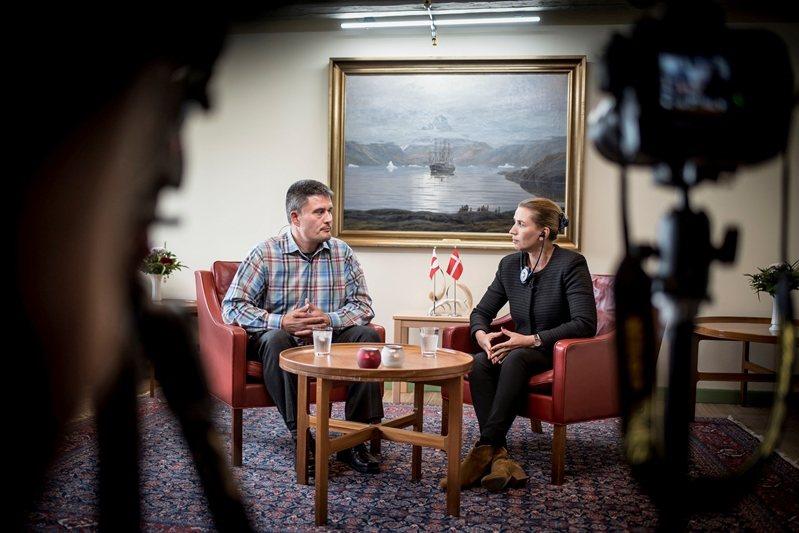 8月20日,格陵蘭總理基爾森(左)與丹麥總理弗瑞德里克森(右)於格陵蘭首都努克出...