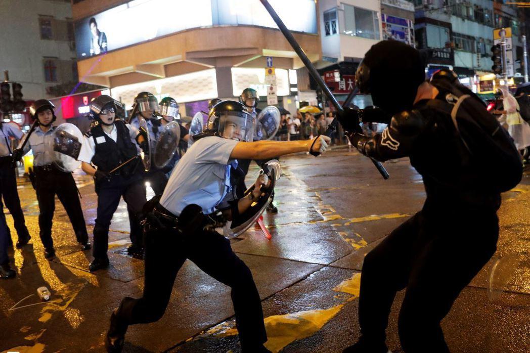 圖為25日香港「荃葵青」示威,警民爆發衝突。 圖/路透社