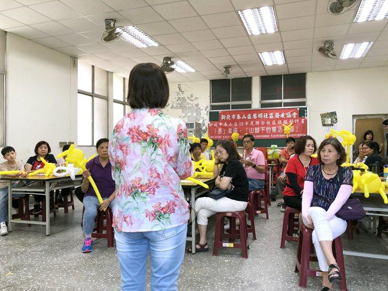 黎明社區發展協會舉辦失智守護天使課程,里民互動熱絡。 圖/陳郁菁攝影