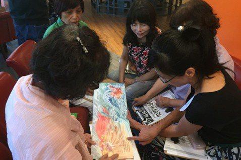 搖滾爺奶的創辦人林憲宗(巧克力)在每週三的繪本讀書會上,教導前來參與搖滾爺奶繪本...