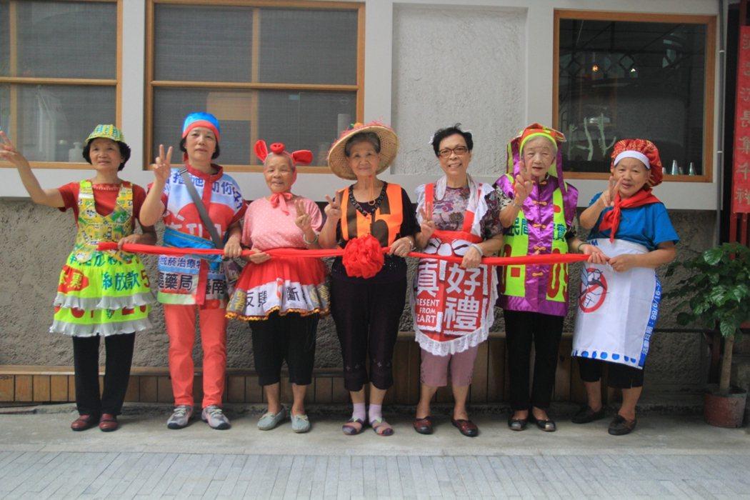 銀同社區導覽員主要是由7名活潑外向的阿嬤擔任,朝氣十足。 圖/鄭宏斌攝影