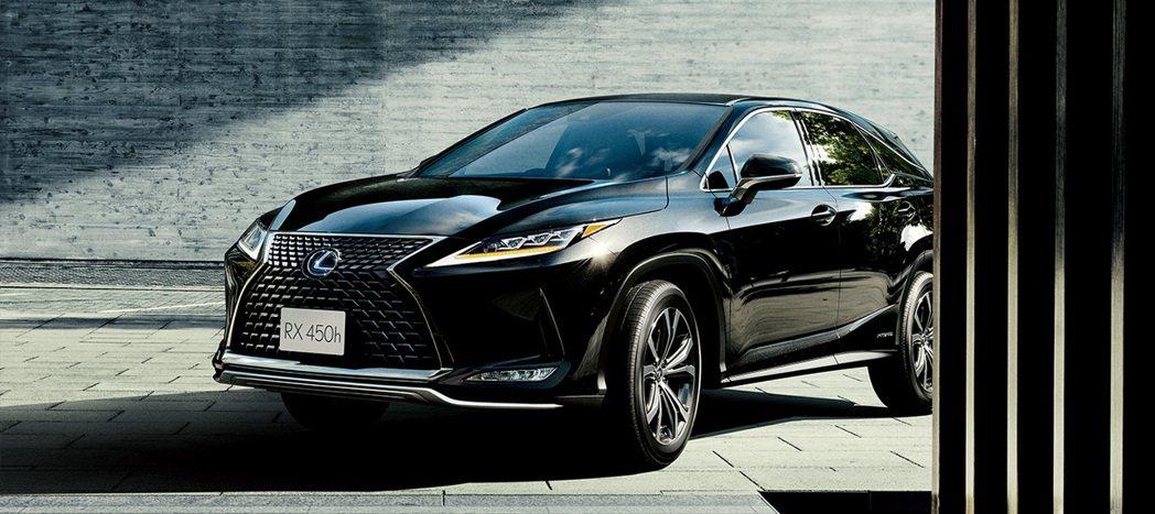 小改款Lexus RX車頭最大的改變,除了將LED頭燈變為更纖細外,原本置於頭燈...