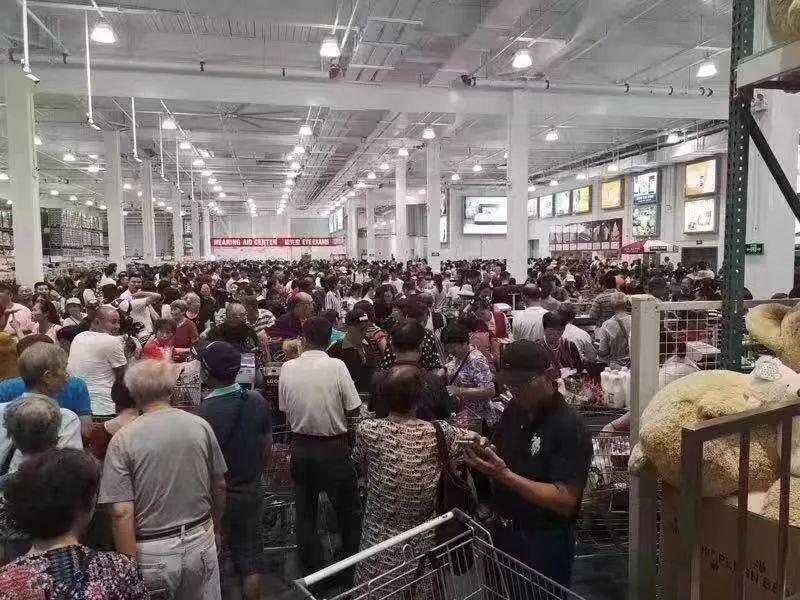 儘管實施人數管制,COSTCO內還是人山人海。 圖片來源/香港01(視覺中國)