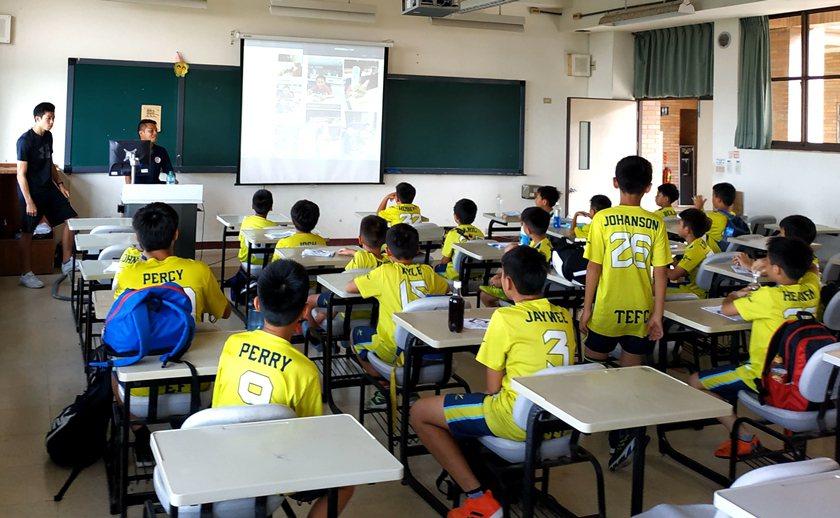 夏令營培育小朋友足球運動學理基礎與撰寫訓練日誌。 中國科大/提供