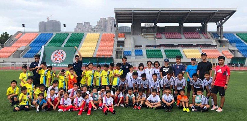 夏令營學員至竹北第二體育場足球場進行交流賽。 中國科大/提供