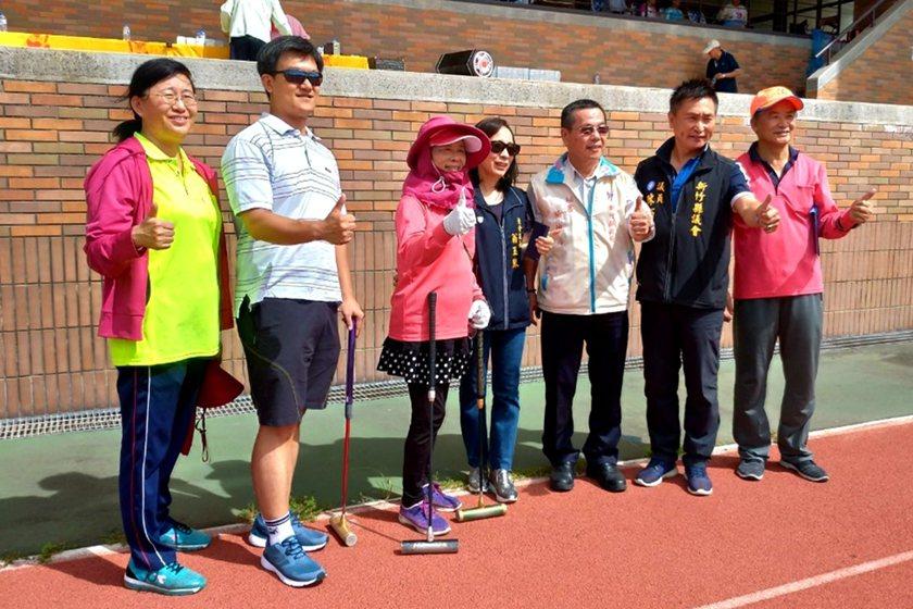 第21屆鄉長暨主席盃長青槌球邀請賽,與會嘉賓合影。 中國科大/提供