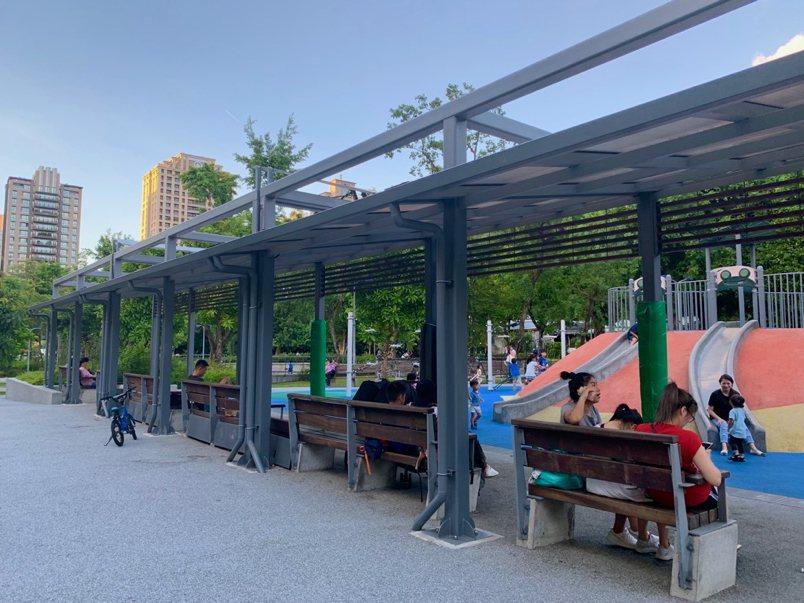 象山公園兒童遊戲場 家長休息區