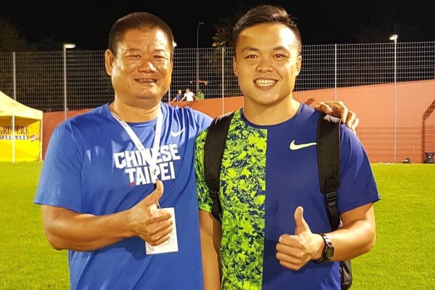 我國男子標槍紀錄保持人鄭兆村(右)在年終賽摘銀後與教練薛聖融(左)合照。圖/中華...