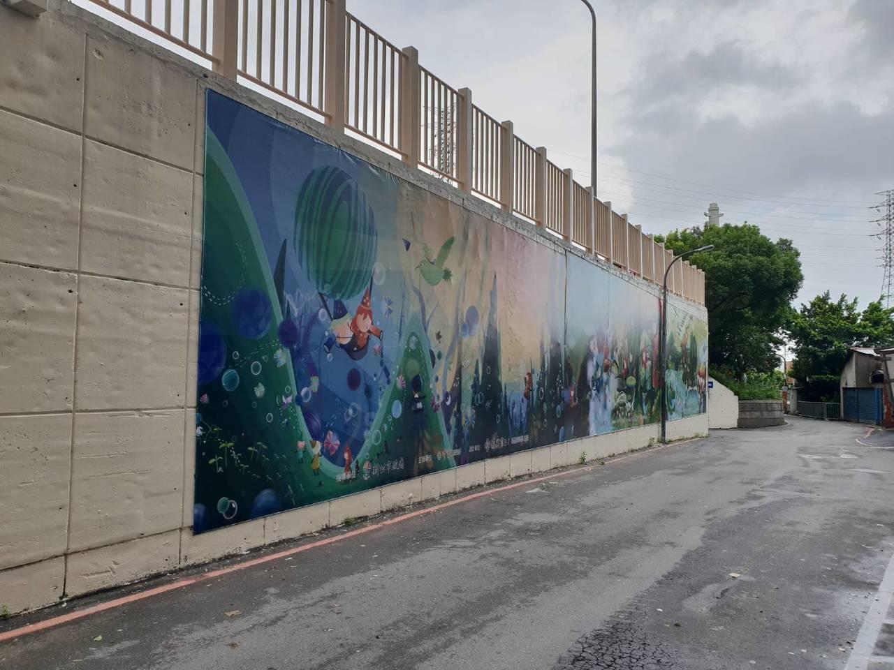 新北市中和區華中橋東側人行道今完工,中和區公所與復興商工合力在橋台東側牆壁彩繪公...