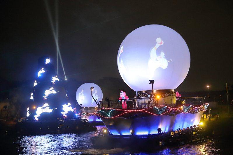 「Fantasmic!」搭配上雷射、水幕等不同特效,呈現出迪士尼經典的動畫作品。記者陳睿中/攝影