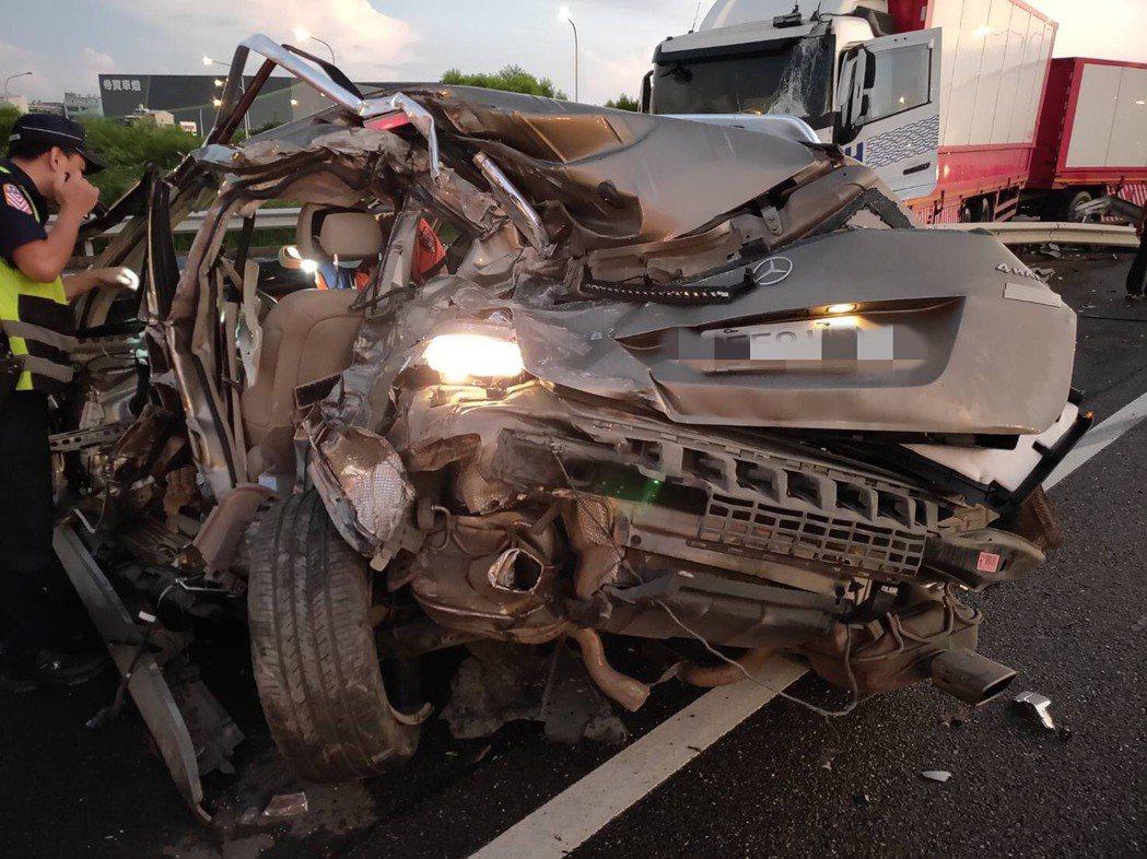 被撞的賓士車幾成廢鐵,駕駛送醫後傷重死亡。記者吳淑玲/翻攝