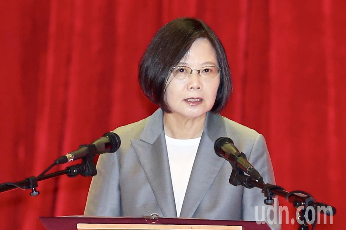 蔡英文總統上午在台北出席108年軍人節表揚大會,親手頒獎給獲獎者,致詞時特別重申...