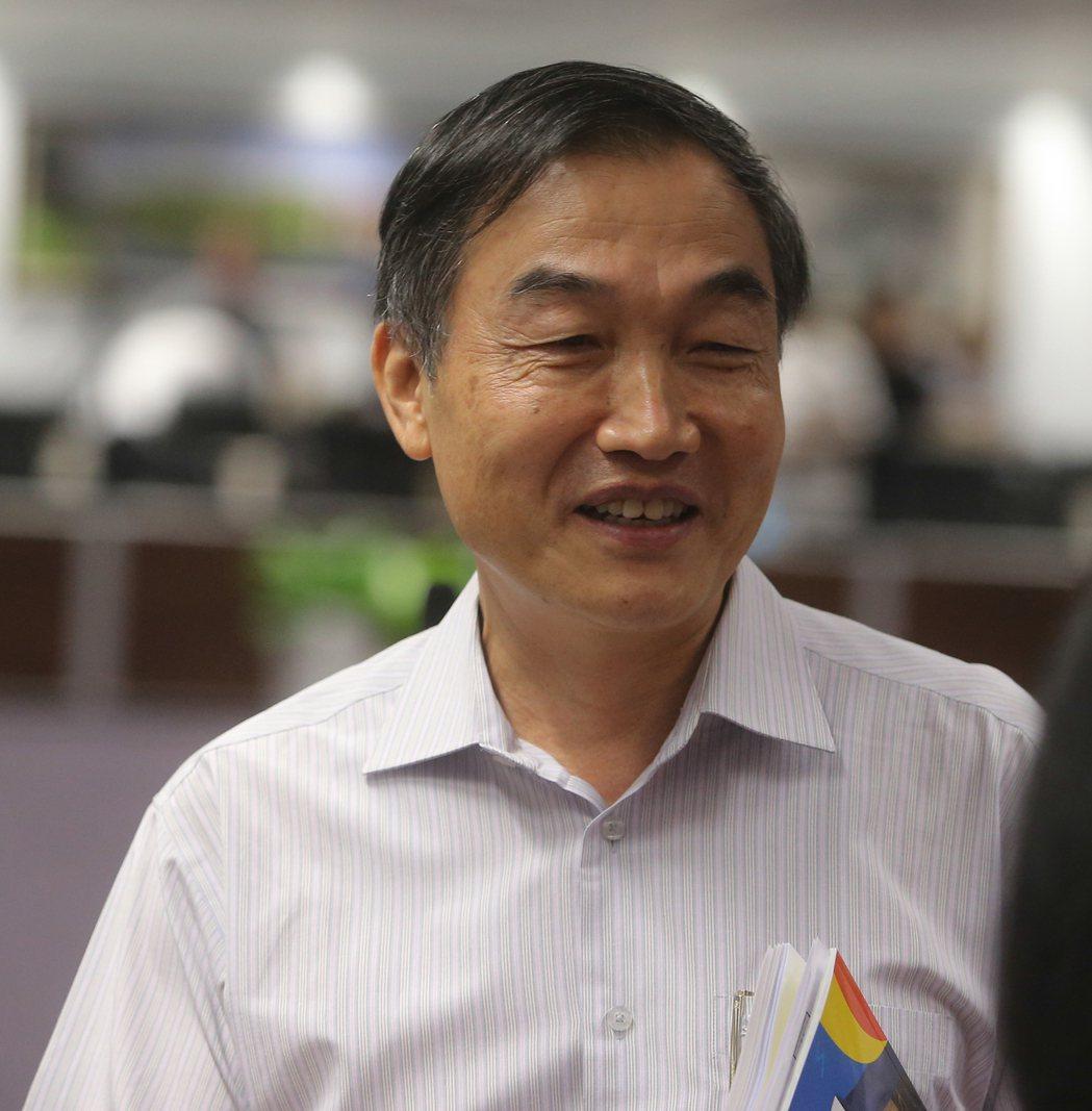 台中市長盧秀燕上任8個月,日前宣布調整市府人事,首位副秘書長黃國榮今天正式報到上...