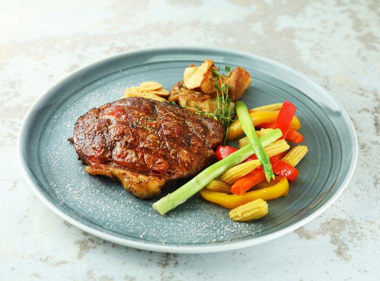 晚餐新菜單「嫩煎板腱牛排」。圖/金車伯朗咖啡提供