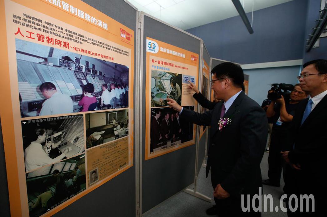 民航局飛航服務總臺上午在北部飛航服務園區舉行50週年台慶,交通部長林佳龍(左)在...