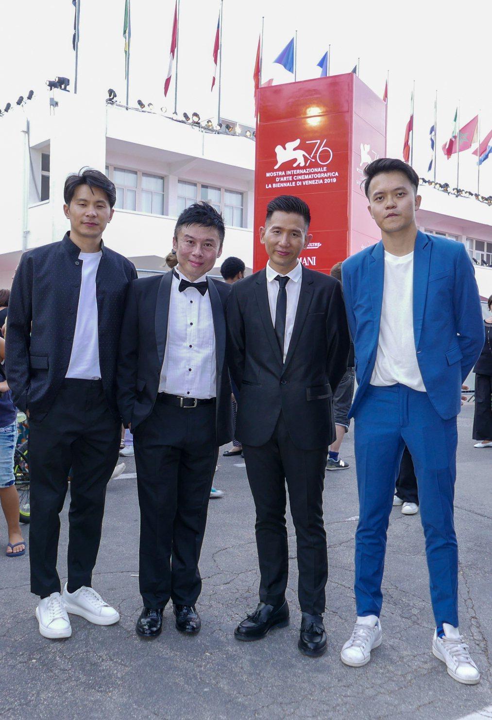導演劉思銘(左二)與5x1入圍團隊姚淳耀(左起)、趙德胤、曾威量一起出席威尼斯紅...