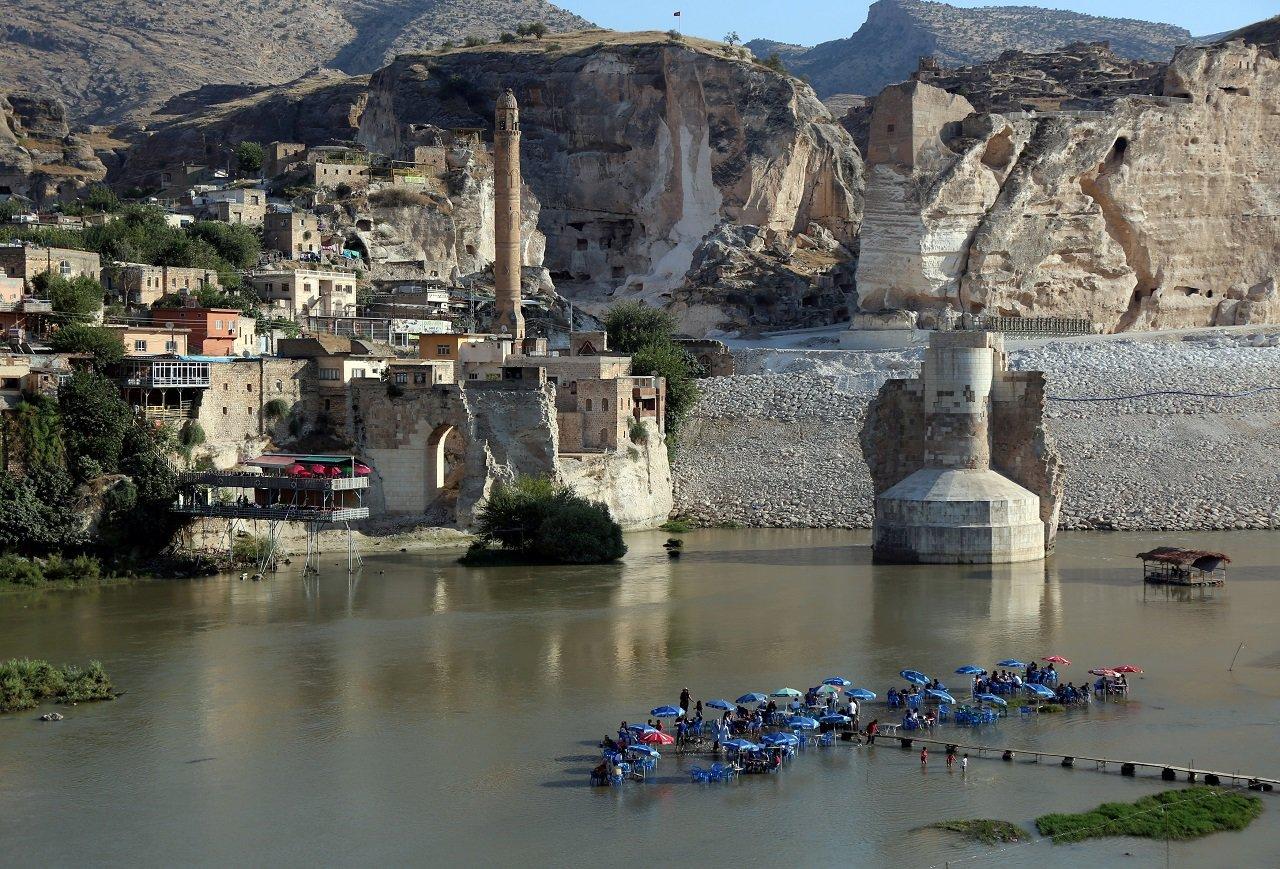 隨著伊利蘇大壩和水力發電廠正式啟用,哈山卡夫小鎮的水位將暴漲60公尺,眾多歷史遺...