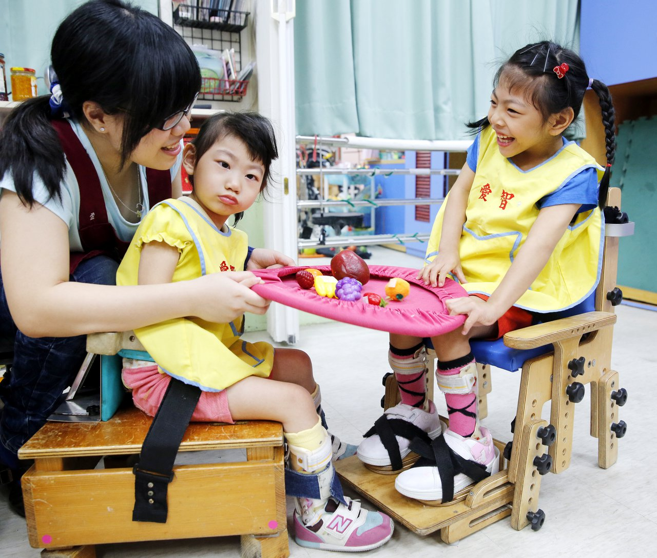 柔柔(右)在早療過程也喜歡和同學互動。圖/第一社福提供