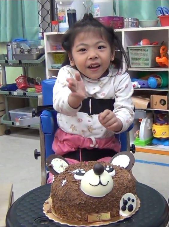 重度多重障礙兒童柔柔,參加早療的復健效果相當好。圖/第一社福提供