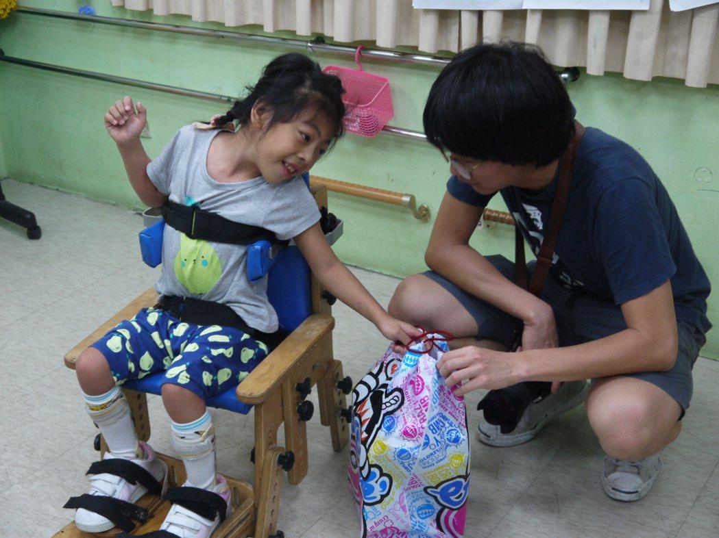 學會拿包包這種「小事」,柔柔(左)經過不少努力。圖/第一社福提供