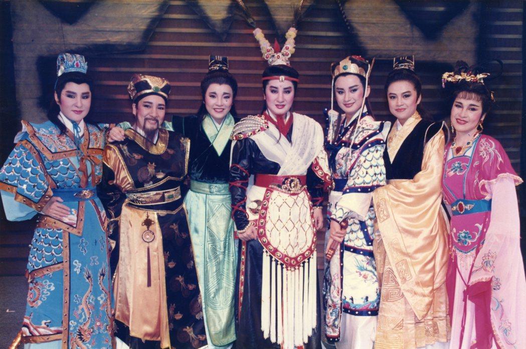 楊麗花(中)當年率歌仔戲團成員陳亞蘭(右三)、紀麗如(左三)演出「呂布與貂蟬」。