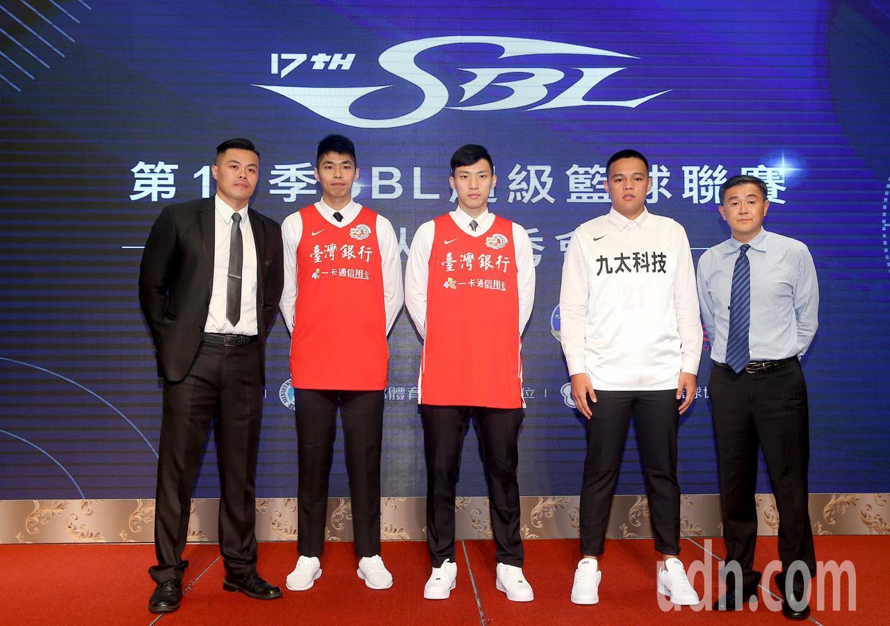 第17季SBL新人選秀會,擁有第一指名的台銀總教練陳國維(左一)選擇台藝大後衛張...