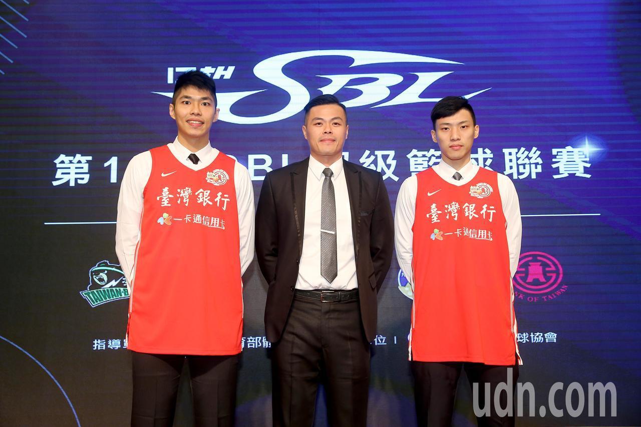 台藝大後衛張家禾(右)獲得台銀隊指名,成為第17季SBL新人選秀會狀元,台大高材...