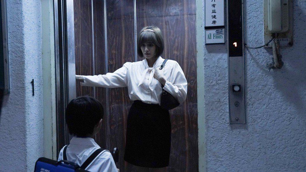 袁艾菲客串「第九分局」的電梯戲。圖/甲上提供