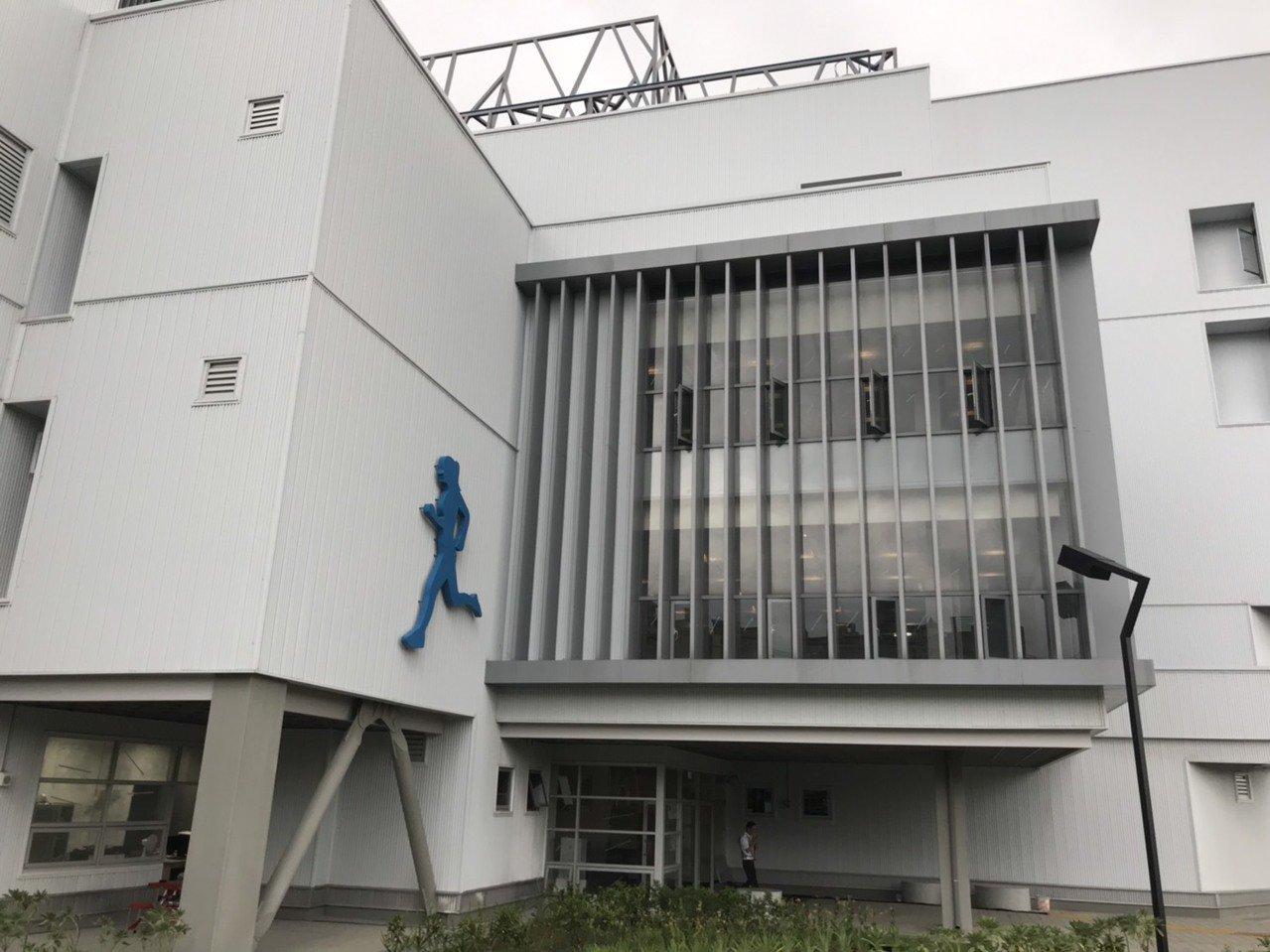身障者有福了! 蘆竹國民運動中心首創無障礙坡道泳池