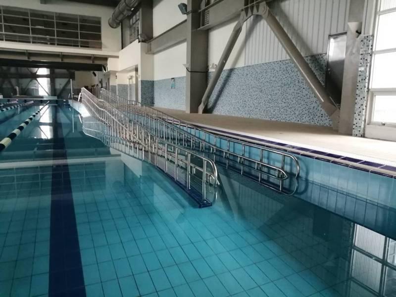 蘆竹國民運動中心內還有全桃園第一座無障礙坡道室內泳池,全長50公尺,身障者能沿著無障礙坡道或升降座椅入水。圖/桃園市新建工程處提供